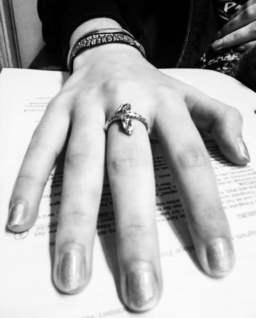 hand mit ring.jpg